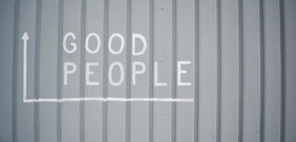 Aufschrift Good People mit Pfeil auf einem Tor